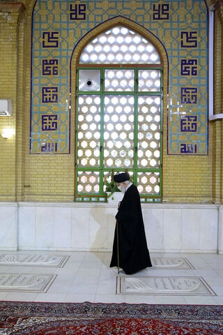 بالصور/ زيارة الإمام الخامنئي لمرقد الإمام الخميني وروضة الشهداء