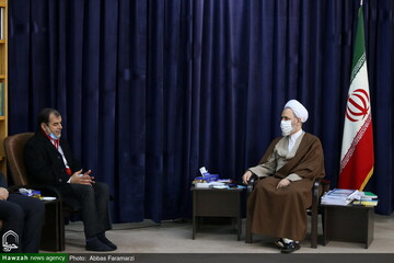 بالصور/ الأمين العام لجمعية الهلال الأحمر في إيران يلتقي بآية الله الأعرافي بقم المقدسة