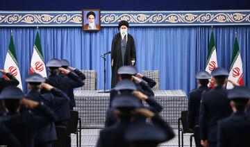 بالصور/ لقاء الإمام الخامنئي مع عدد من قادة وضبّاط القوّة الجويّة والدّفاع الجويّ في الجيش