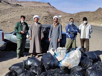 تصاویر/ پاکسازی حاشیه جاده روستای ابرجس توسط طلاب جهادی گروه کوهپیمایی حوزوی آفاق