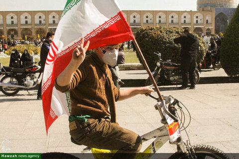 بالصور/ مسيرات بالسيارات والدراجات النارية في الذكرى الـ 42 للثورة الإسلامية في مختلف أرجاء إيران