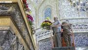 بالصور/ تزيين الشباك الشريف للإمام الحسين (ع) بالأزهار والورود احتفاء بحلول ذكرى ولادة الامام علي (ع)