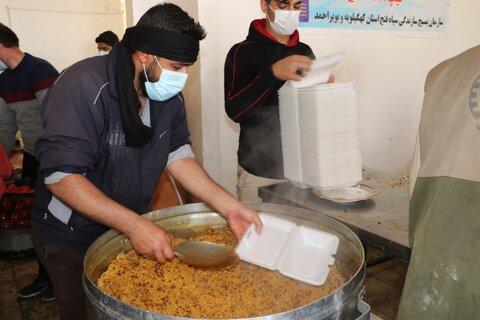 تصاویر| فعالیت طلاب شیرازی در طبخ غذای گرم برای مردم زلزله زده سی سخت