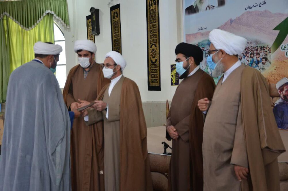 تصاویر/ تجلیل از اعضای گروه جهادی یاوران سلامت حوزه علمیه استان ایلام
