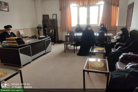 بالصور/ تكريم طلاب العلوم الدينية وأساتذة مدرسة فاطمة الزهراء (ع) من قبل إمام جمعة مدينة سلماس الإيرانية