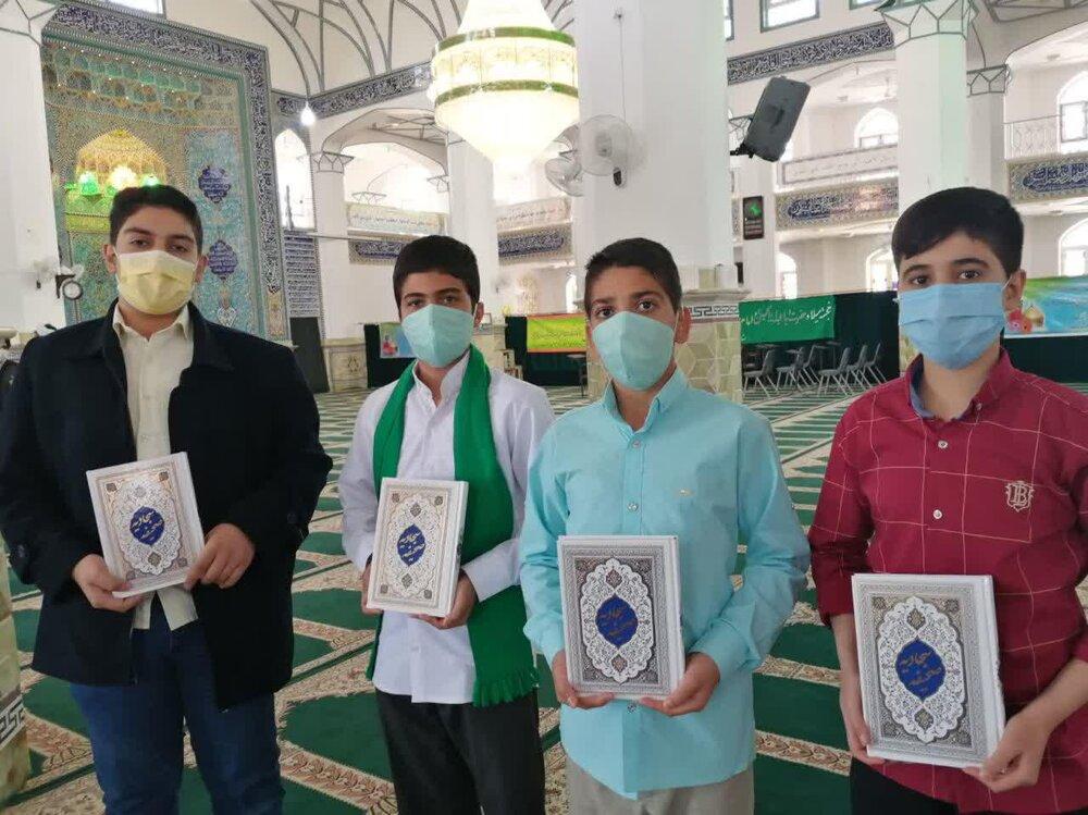 فیلم   اهدای صحیفه سجادیه به فعالان فرهنگی در نماز جمعه شهرستان اشکذر