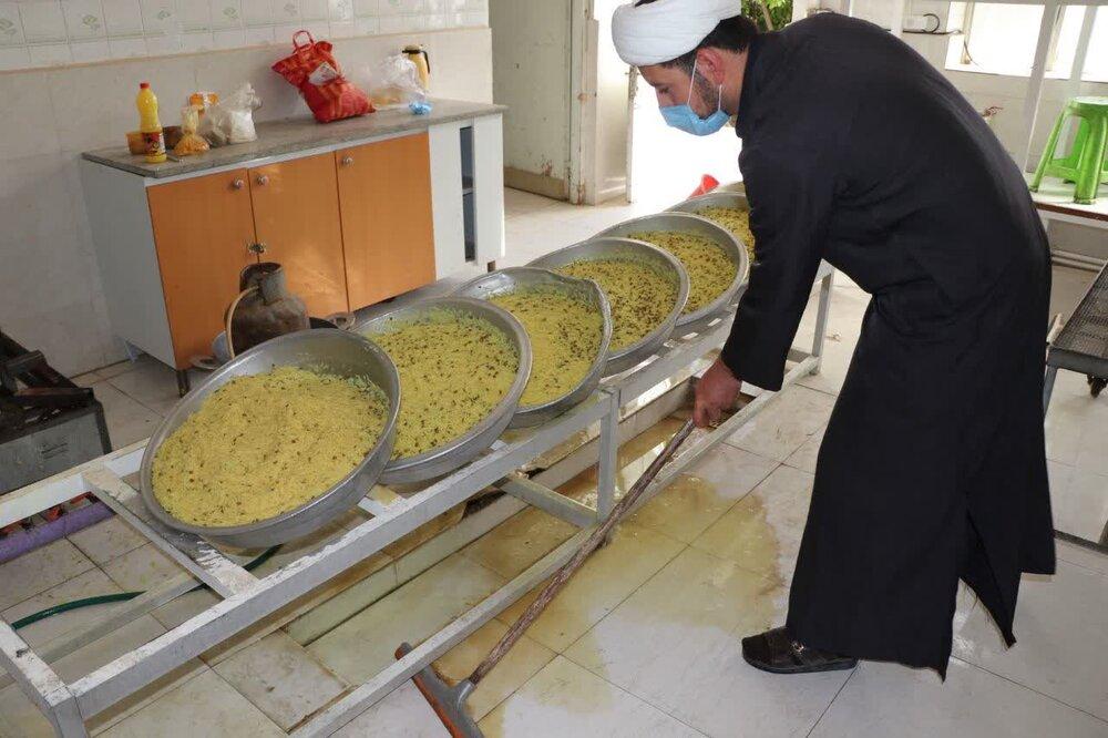 تصاویر/ طبخ و توزیع ۳۱۳ پرس غذای گرم به مناسبت سالروز ولادت حضرت صاحب الزمان(ع)