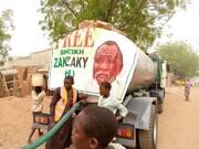 توزیع آب شرب در مناطق محروم نیجریه توسط شاگردان شیخ زکزاکی + تصاویر
