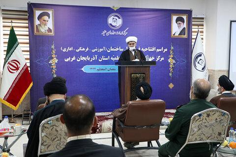 طلاب و روحانیون برای تحقق تمدن اسلامی و به کمال رساندن انسانها تلاش میکنند