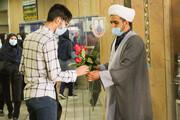 تصاویر/ اهدای گل توسط طلاب جهادی حوزه علمیه اصفهان به کادر درمان بیمارستان الزهرا(س)