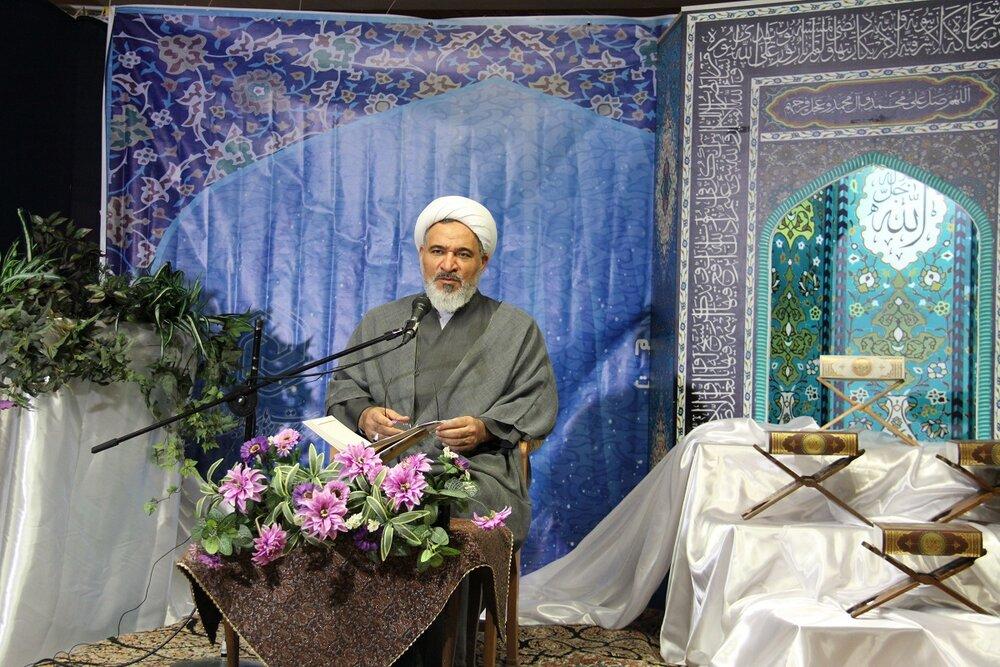 منطق اسلام این است که رهبران جامعه هم سطح مردم باشند