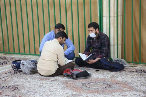 تصاویری از مباحثه طلاب ایام ماه مبارک رمضان در حرم مطهر حضرت معصومه (س)