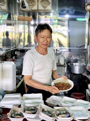 یک مسلمان که غذای محبوب چینیها را به صورت حلال میپزد!