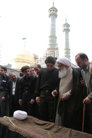 تصاویر آرشیوی از تشییع پیکر آیت الله فاضل هرندی در اردیبهشت ماه ۱۳۸۵