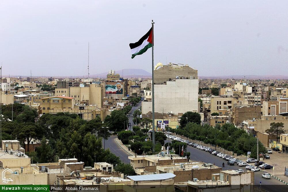 تصاویر/ اهتزاز پرچم فلسطین به مناسبت فرا رسیدن روز قدس در میدان روح الله قم