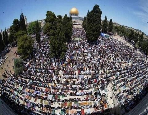 جمعۃ الوداع کے موقع پر70000 فلسطینیوں کی مسجد اقصی میں نماز جمعہ میں شرکت