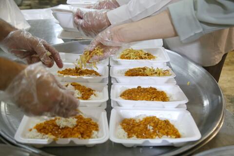 تصاویر / طبخ و توزیع افطاری ( اطعام کریمانه ) توسط گروه جهادی مدرسه علمیه مهدی موعود (عج)