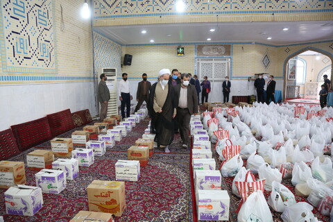 تصاویر/دوازدهمین مرحله توزیع حدود یک هزار بسته معیشتی توسط جمعیت خدمت رسانی فاطمی ها با حضور آیت الله اعرافی
