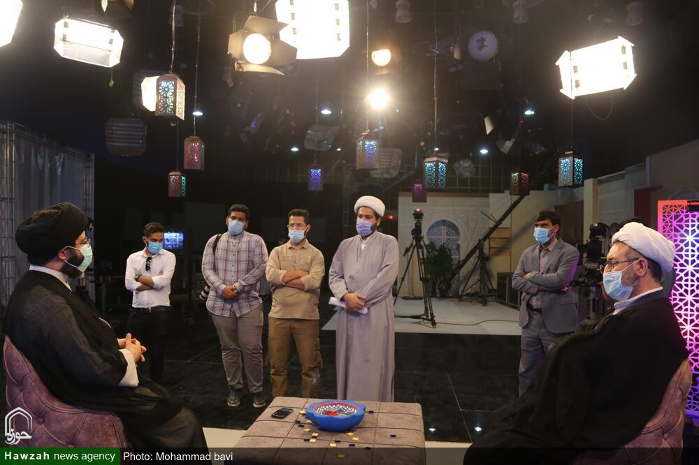 بازدید و خدا قوت مدیر حوزه علمیه خوزستان از دستاندرکاران برنامه تلویزیونی «روشناییهای شهر»
