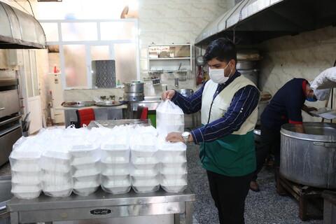 تصاویر/تهیه و توزیع غذای گرم و بسته های تبرکی آستان قدس رضوی میان نیازمندان توسط خادمیاران رضوی