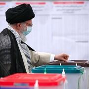 ویڈیو/ نعرہ صلوات کی پر نور صداؤوں کے درمیان رہبر انقلاب اسلامی نے اپنا ووٹ کاسٹ کیا