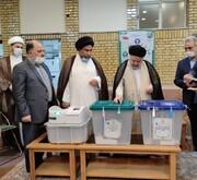 آیۃ اللہ العظمی سیستانی کے نمائندے نے پولنگ اسٹیشن پر حاضر ہو کر ووٹ کاسٹ کر لیا
