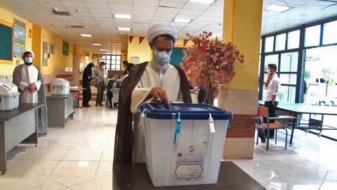 حضور امام جمعه شهرکرد پای صندوق رای