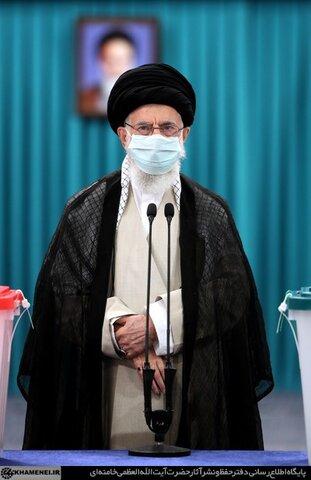 تصاویر/ رہبر انقلاب اسلامی نے اپنا ووٹ کاسٹ کرتے ہوئے