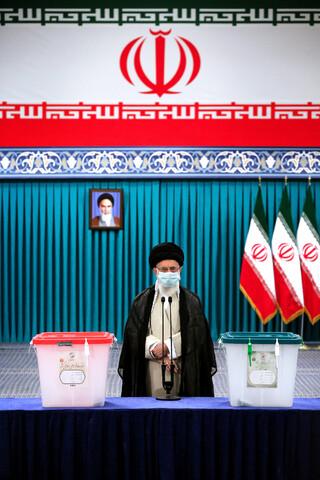 صاویر/ رہبر انقلاب اسلامی نے اپنا ووٹ کاسٹ کرتے ہوئے