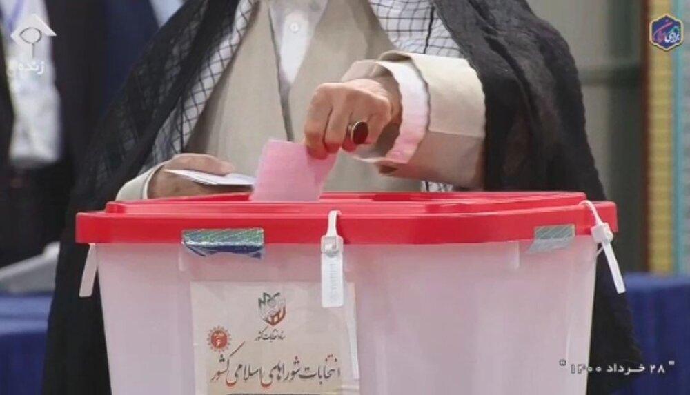 فیلم | لحظهای که رهبر معظم انقلاب آراء خود را به صندوق های رای انداختند