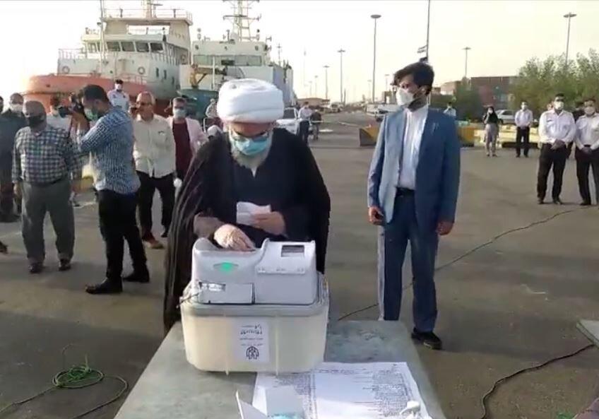فیلم  شرکت نماینده ولی فقیه در بوشهر در انتخابات