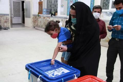 تصاویر/ افزایش مشارکت مردم آران و بیدگل با خنک شدن هوا درپای صندوق های رای