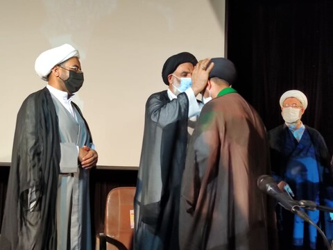 آیین عمامه گذاری جمعی از طلاب مدرسه علمیه امام جعفر صادق(ع) شهرستان کرخه برگزار شد