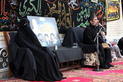 تصاویر/ روضه خوانی حاج مهدی سلحشور در جوار منزل مادر شهیدان جعفری نیا