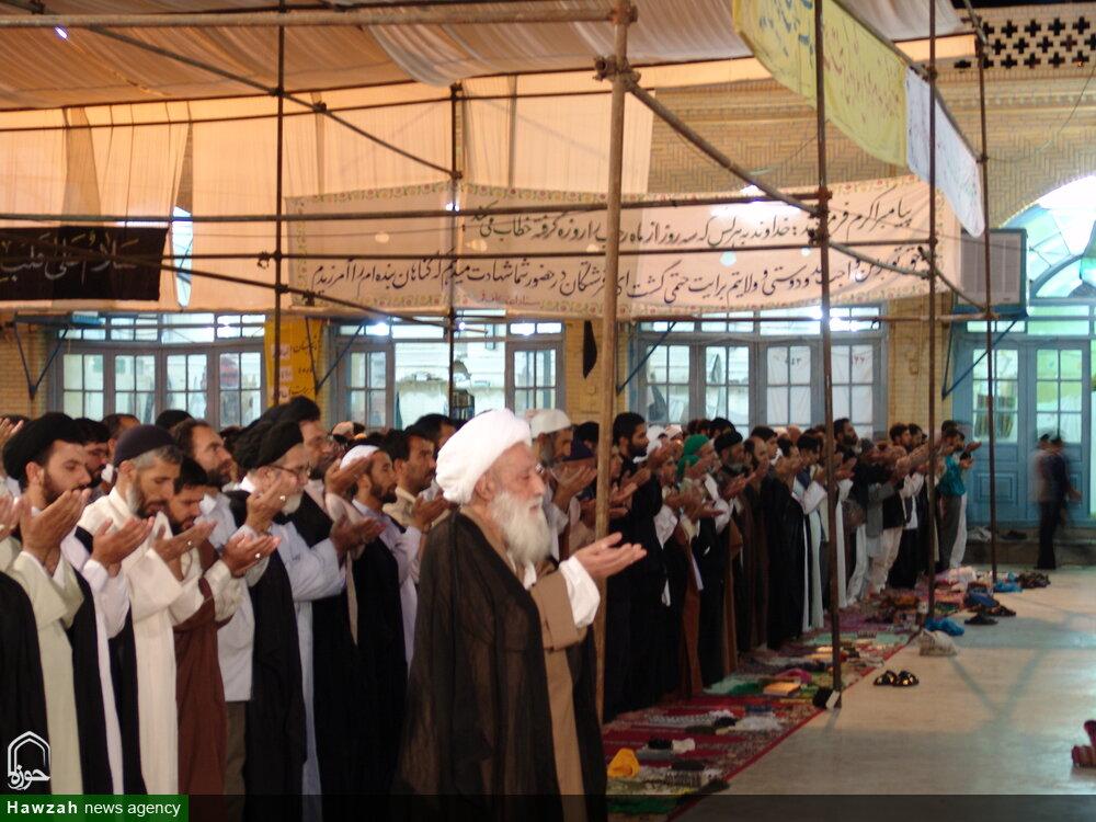 تصاویر آرشیوی از اقامه نماز توسط آیت الله العظمی تبریزی(ره) در مسجد امام حسن عسکری(ع)-سال ۸۳