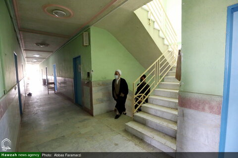 بالصور/ آية الله الأعرافي يتفقد المدراس العلمية في مدينة ساوه