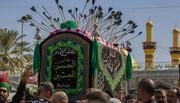 بالصور/ معزون يقصدون مرقد الامام الحسين(ع) بنعش رمزي تحيطه السهام استذكارا لفاجعة استشهاد الامام الحسن(ع)