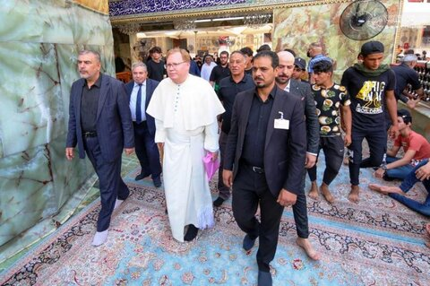 ممثل الفاتيكان يتشرف بزيارة مرقد أمير المؤمنين (ع)
