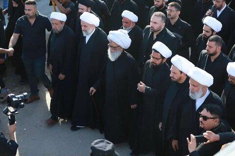 آية الله النجفي خلال أداء مراسم زيارة الأربعين في الطريق بين النجف وكربلاء
