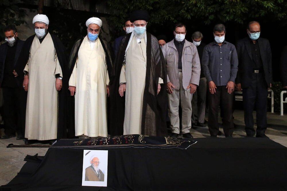 ویڈیو/ رہبر انقلاب اسلامی نے عالم ربانی آیت اللہ حسن زادہ آملی کی نماز جنازہ پڑھائی