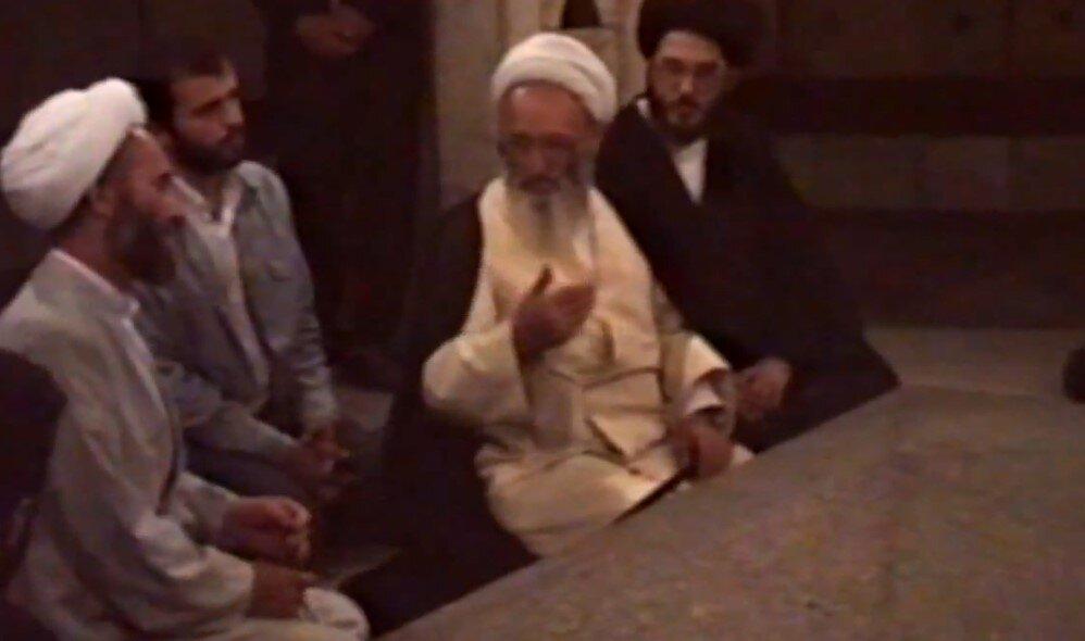 فیلم/ خاطره ای از حضور علامه حسن زاده آملی در آرامگاه باباطاهر