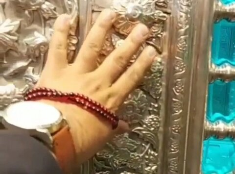 مشہد؛ زائرین اب امام رضا (ع) کے روضے کو مس بھی کرسکتے ہیں