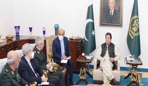 عمران خان خلال استقباله اللواء باقري