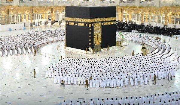 برگزاری نماز جماعت بدون فاصلهگذاری اجتماعی در مسجدالحرام + تصاویر