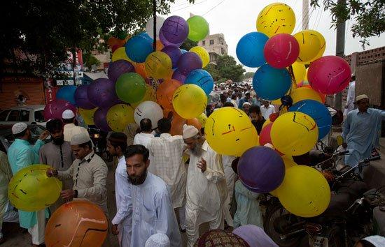 مسلمو العالم يحتفلون بعيد الفطر المبارك