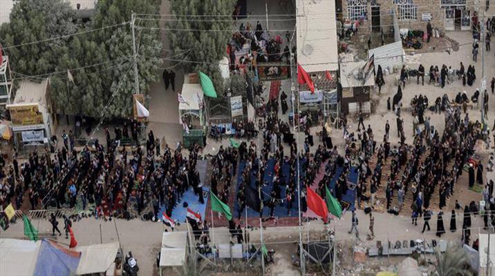 """الزائرون يؤدون """"صلاة جماعة"""" موحدة على امتداد ۴۱ كيلو متراً على طريق كربلاء"""