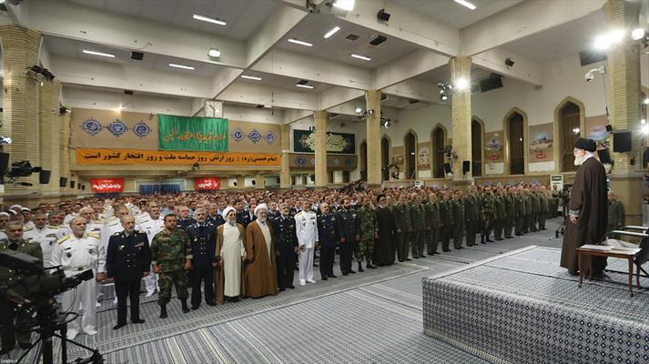 قائد الثورة الإسلامية المعظم يستقبل قادة وأفراد الجيش الجمهورية الإسلامية الإيرانية