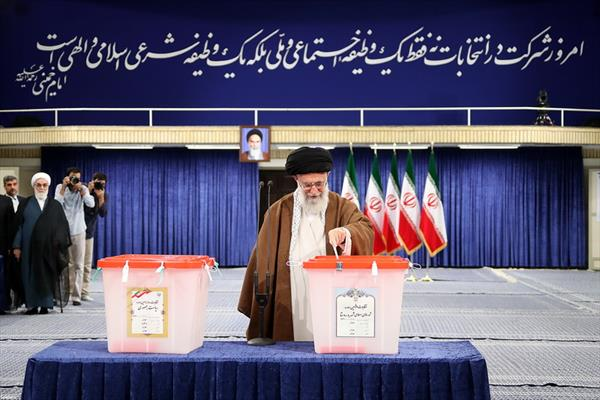 قائد الثورة الإسلامية يشارك في الانتخابات الرئاسية المجالس البلدية في إيران