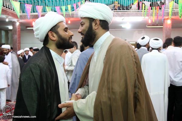 طلاب العلوم الدينية يرتدون العمامة يوم عيد الغدير على يد مراجع الدين بقم المقدسة