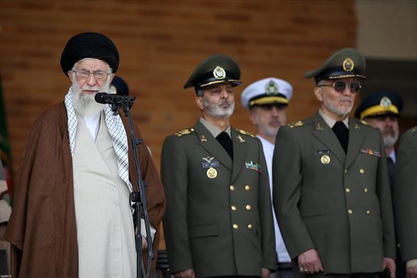الإمام الخامنئي يشارك في مراسم تخريج دفعة جديدة من طلاب جامعات ضباط الجيش